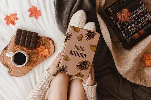 Herfst mockup met vrouw op bed Gratis Psd