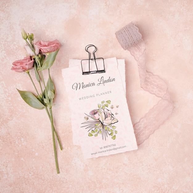 Hermosas flores con invitación de boda PSD gratuito