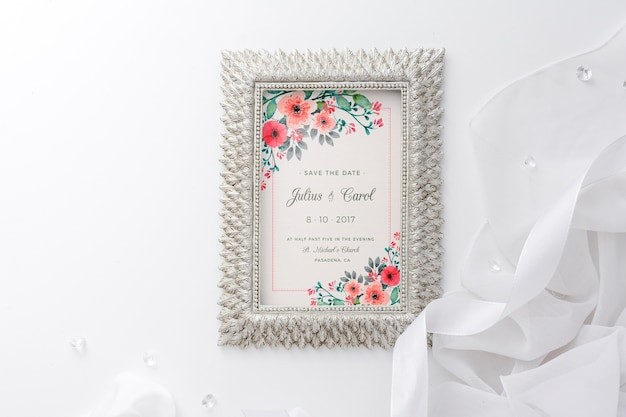 Hermoso arreglo de elementos de boda con maqueta de marco PSD gratuito