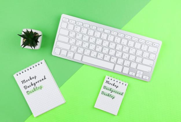 Herramientas de escritorio en la oficina con planta al lado PSD gratuito