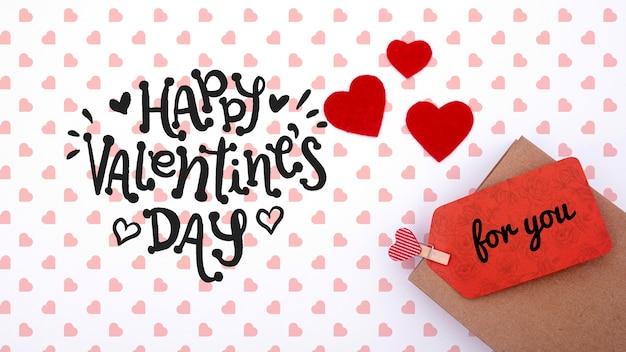Het gelukkige model van de valentijnskaartendag op witte achtergrond met harten Gratis Psd