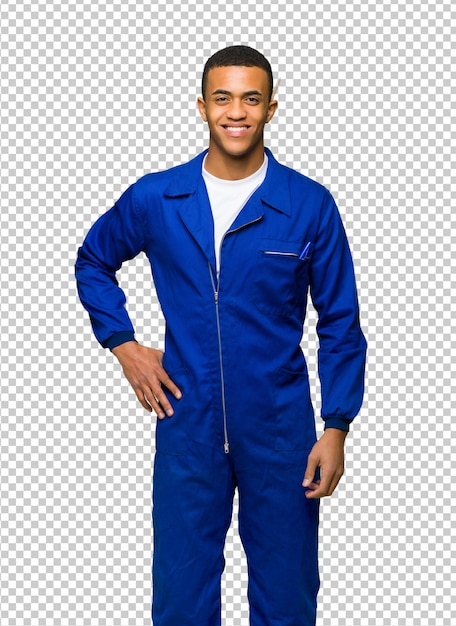 Het jonge de man van de afro amerikaanse arbeider stellen met wapens bij heup en het glimlachen Premium Psd