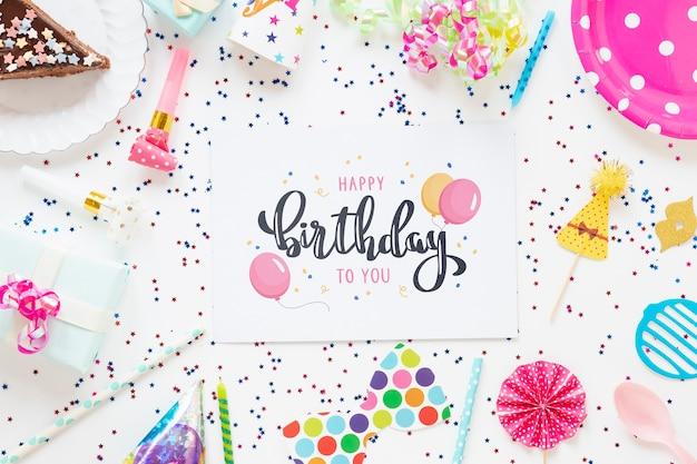 Het kleurrijke gelukkige model van het verjaardagsconcept Gratis Psd