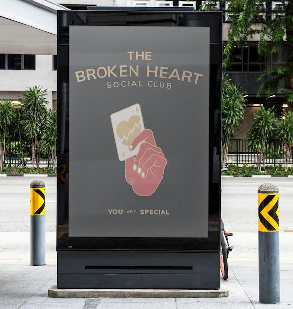 Het model met uithangbord met gebroken hart Premium Psd