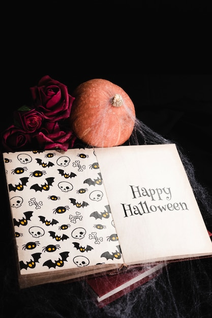 Hoge hoek van halloween-concept met boek en spiderweb Gratis Psd