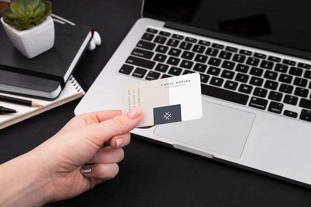 Hoge hoek van hand met visitekaartje Gratis Psd