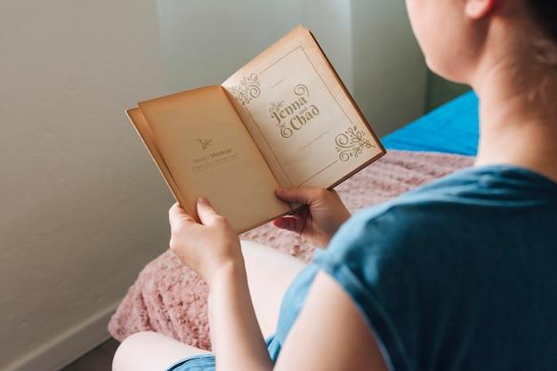 Hoge hoek van vrouw die een boek leest Gratis Psd