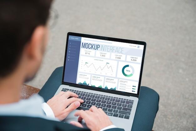 Hoge hoek van zakenman die aan laptop werkt Gratis Psd