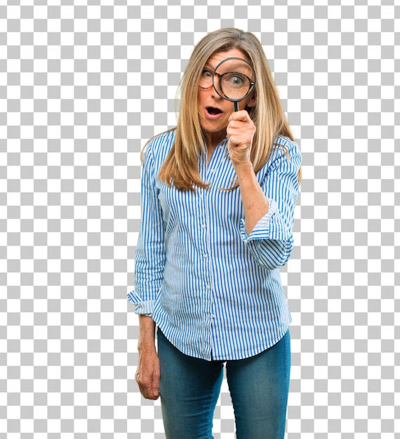 Hogere mooie vrouw met een vergrootglas Premium Psd