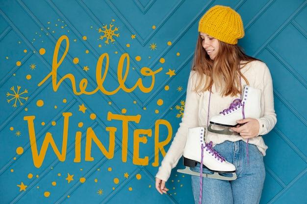 Hola letras de texto de invierno y chica con patines PSD gratuito