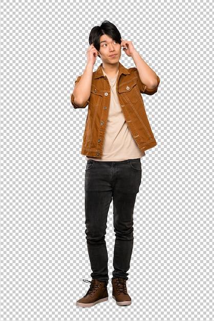 Hombre asiático con chaqueta marrón teniendo dudas y pensando. PSD Premium