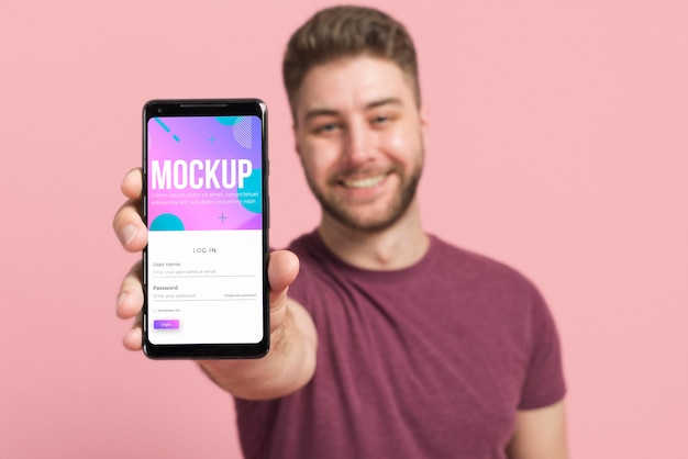 Hombre borroso mostrando maqueta digital de smartphone PSD gratuito