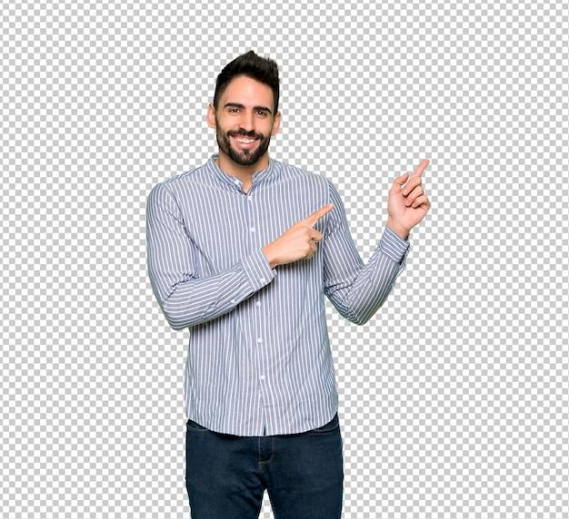 Hombre elegante con camisa apuntando con el dedo hacia un lado en posición lateral. PSD Premium