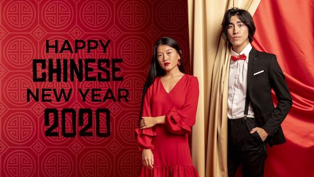 Hombre y mujer preparados para la noche de año nuevo PSD gratuito