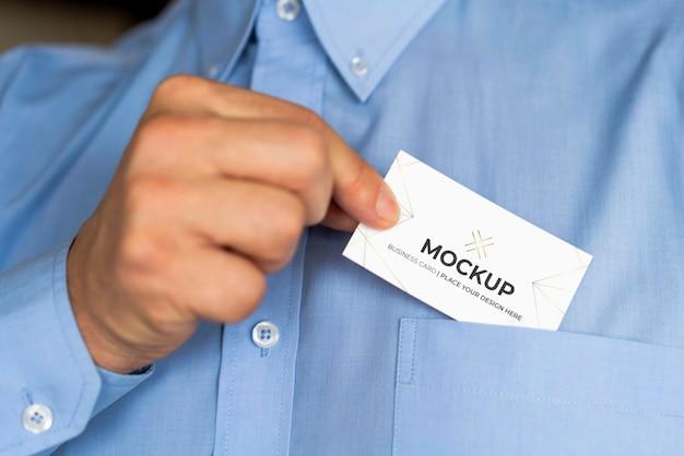 Hombre poniendo maqueta de tarjeta de visita en su bolsillo PSD gratuito