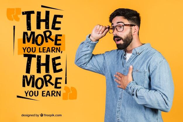 Hombre sorprendido con gafas junto a una cita motivacional PSD gratuito
