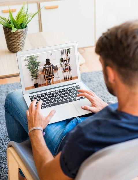 Hombre usando portátil PSD gratuito