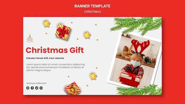 Horizontale banner voor kerstfeest met kind in kerstmuts Gratis Psd