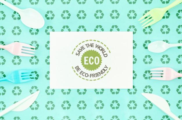 Horquillas ecológicas que rodean la maqueta de la tarjeta PSD gratuito