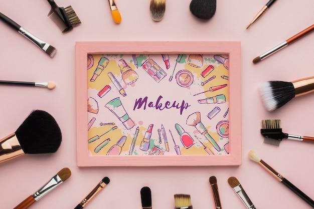 Houten frame omringd door make-upborstels Gratis Psd