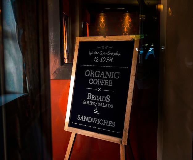 Houten omlijst organisch koffiekartonmodel Gratis Psd