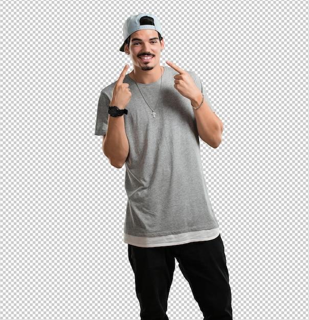 Il giovane rapper sorride, punta la bocca, concetto di denti perfetti, denti bianchi, ha un atteggiamento allegro e gioviale Psd Premium
