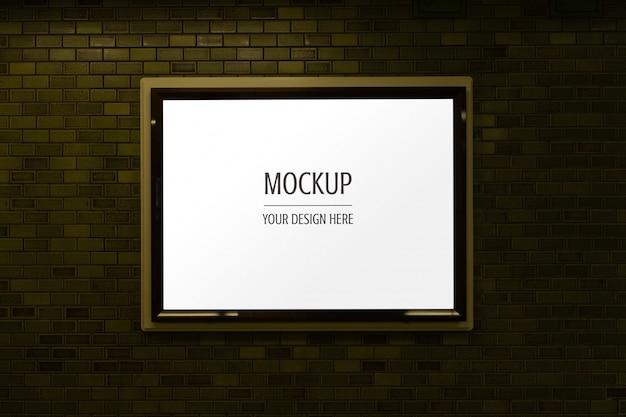Il modello della scatola leggera della pubblicità della pagina dell'esposizione firma sul muro di mattoni Psd Premium