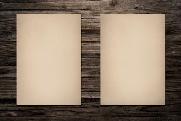 Il modello di carta ha messo su fondo di legno Psd Gratuite
