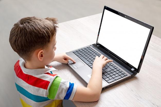 Il ragazzo usa un modello di computer portatile Psd Premium
