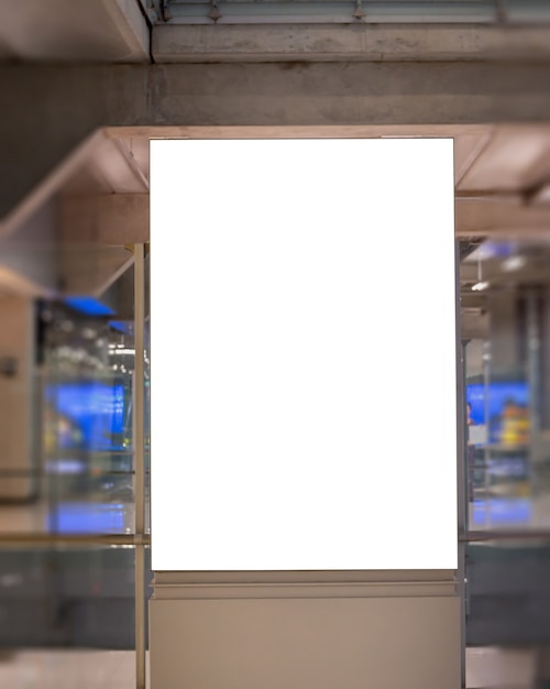 Imagen de maqueta de carteles de cartelera en blanco y encabezada en la estación terminal del aeropuerto para publicidad. PSD Premium