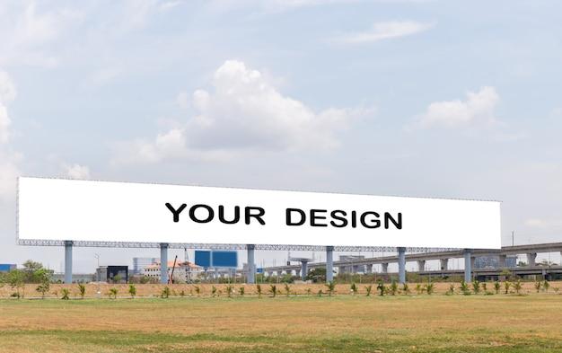 Imagen de la maqueta de carteles de pantalla blanca cartelera en blanco con cielo de nubes blancas para publicidad PSD Premium