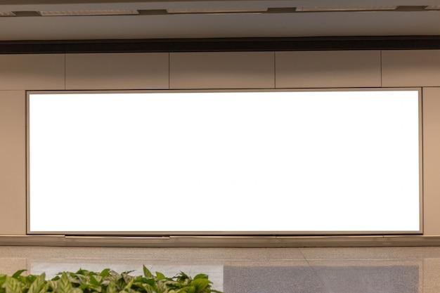 Imagen de la maqueta de los carteles de la pantalla blanca de la cartelera en blanco y led en la estación de metro para la publicidad PSD Premium