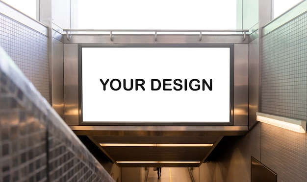 Immagine del mockup di manifesti di schermo bianco cartellone bianco e ha portato nella stazione della metropolitana per la pubblicità Psd Premium