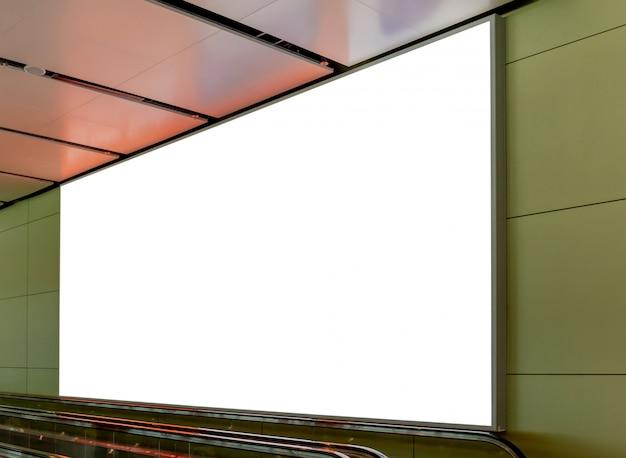 Immagine del modello di manifesti di cartelloni bianchi e condotto nella stazione terminale dell'aeroporto per la pubblicità Psd Premium