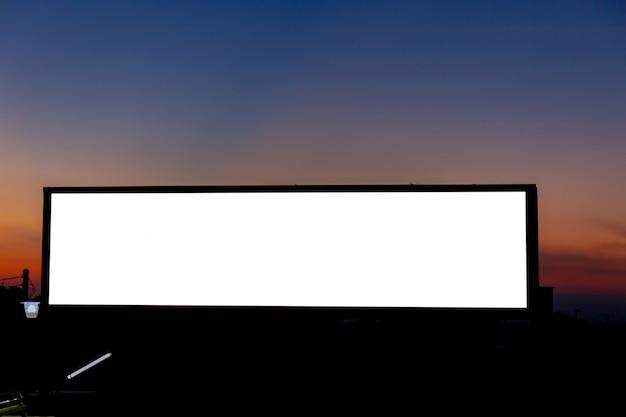 Immagine del modello di manifesti di schermo bianco cartellone bianco e led nel cielo del mattino per la pubblicità Psd Premium