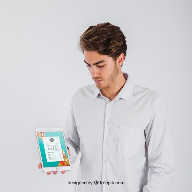 Imprenditore holding tablet Psd Gratuite