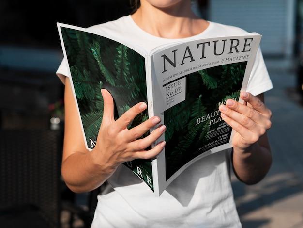Interesante revista de naturaleza con temas informativos PSD gratuito