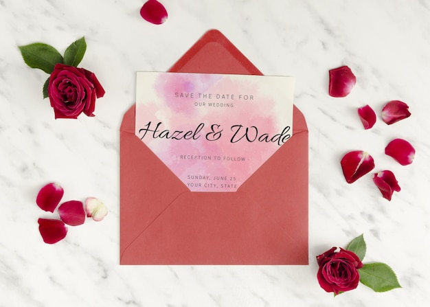 Invitación de boda en un sobre con rosas PSD gratuito