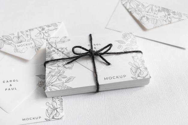 Invitaciones de boda elegantes de primer plano con maqueta PSD gratuito