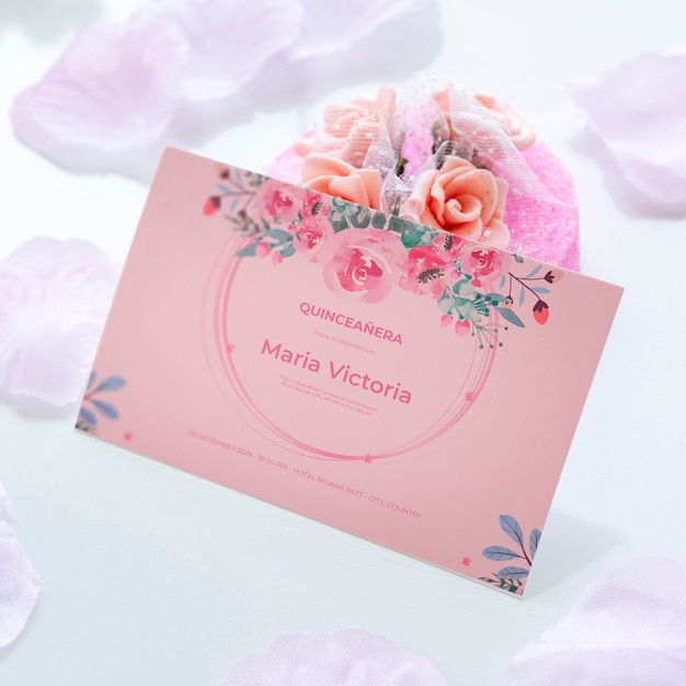 Invito per dolci quindici e bouquet di fiori Psd Gratuite