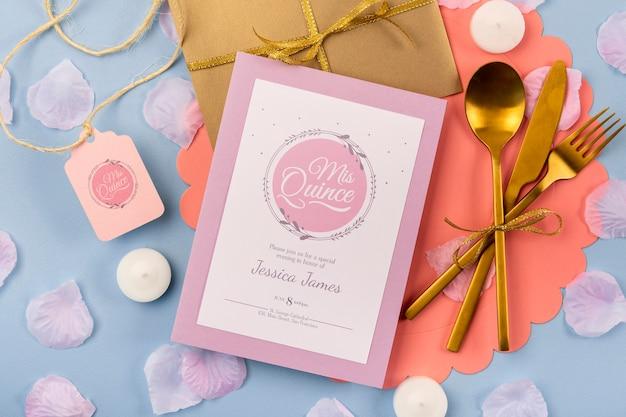 Invito piatto laico per dolci quindici e posate dorate Psd Gratuite
