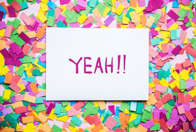 Ja! tekst op papier en kleurrijke partij confetti achtergrond partij concept Gratis Psd