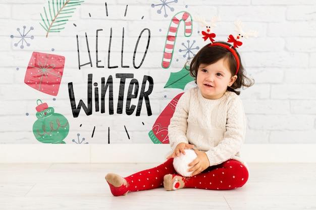 Jong meisje met hallo winter mock-up Gratis Psd
