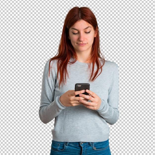 Jong roodharigemeisje die een bericht of e-mail met mobiel verzenden Premium Psd
