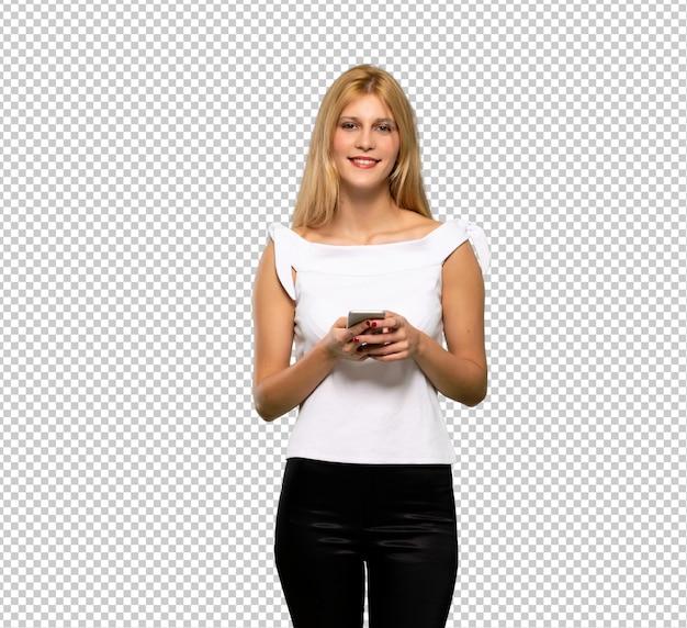 Jonge blonde vrouw die een bericht met mobiel verzendt Premium Psd