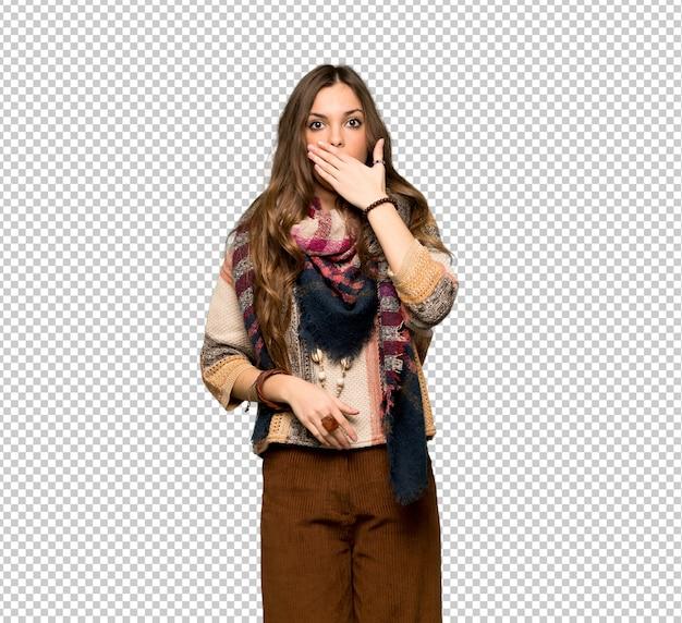 Jonge hippievrouw die mond behandelen met handen voor iets ongepast zeggen Premium Psd