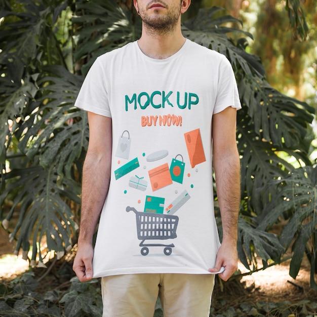 Jonge man met t-shirt mockup Gratis Psd