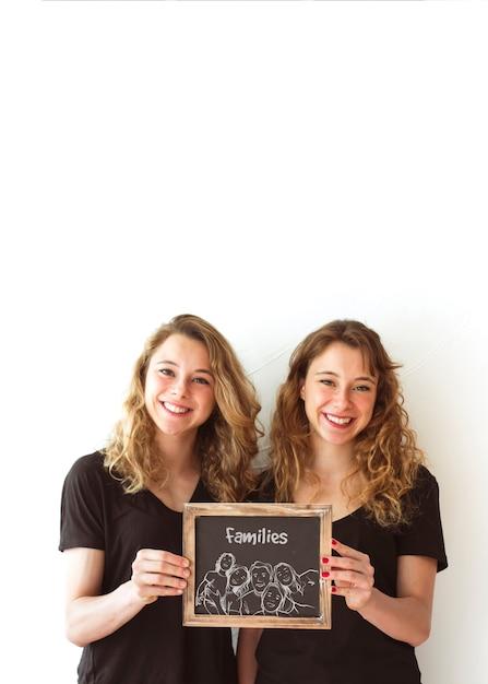 Jonge meisjes houden leisteen mockup Gratis Psd