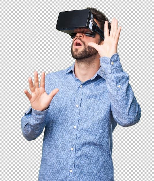 Jonge mens die door een virtuele werkelijkheidsglazen kijkt Premium Psd