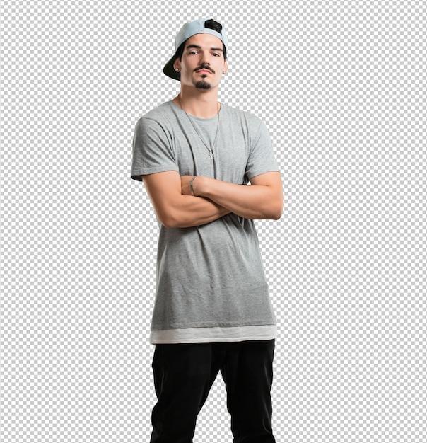 Jonge rapper man kruist zijn armen, serieus en opleggen, zich zelfverzekerd en macht tonen Premium Psd